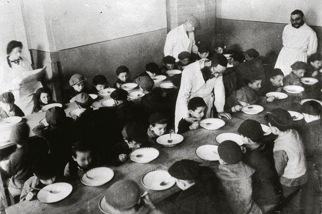 Niños comiendo en un comedor comunitario en el gueto de Varsovia