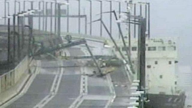 तूफ़ान की वजह से एक समुद्री टैंकर पुल से टकरा गया