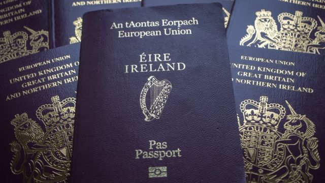 Pasaportes irlandeses y británicos.