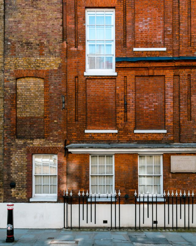 Building with a mixture of blocked and unblocked windows on Chiswell Street, London, c.1701