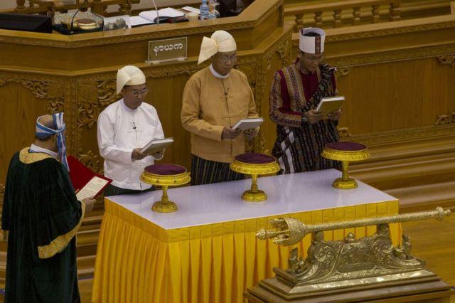 ミャンマー国会で宣誓式に臨むティン・チョー新大統領(30日、ネピドー)
