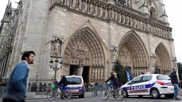 पेरिस का चर्च