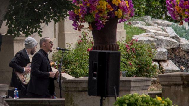 Bennington cantó en el funeral de Chris Cornell.