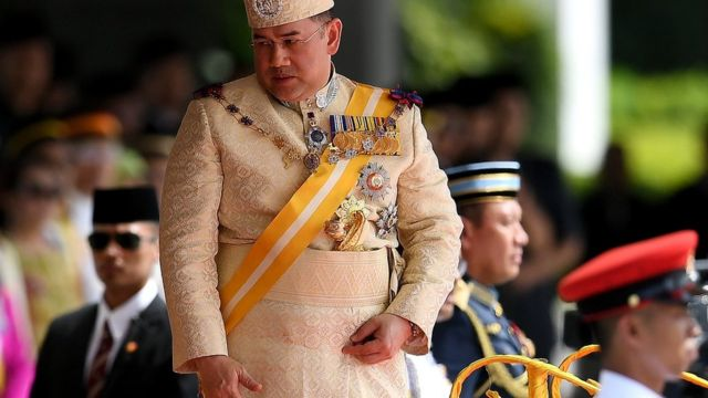 Agé de 47 ans, le sultan Muhammad V, qui était jusqu'ici à la tête de l'Etat de Kelantan (nord), s'est installé sur le trône national.