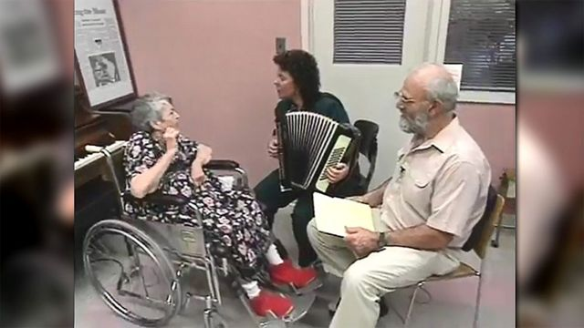Concetta Tomaino (ao centro) com Oliver Sacks (à direita) e uma paciente (à esquerda)