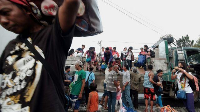 عمليات اجلاء المدنين تجري على قدم وساق