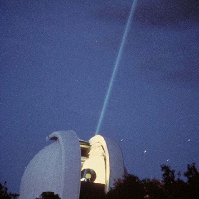 Telescopio del Observatorio McDonald enviando un rayo láser a la Luna