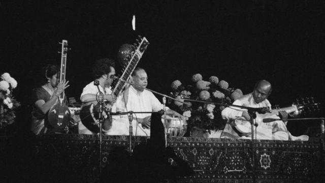 বা থেকে ডানে: তানপুরায় কমলা চক্রবর্তী, সেতারে রবি শঙ্কর, তবলা আল্লা রাখা এবং সরোদ বাজাচ্ছেন আলী আকবর খাঁ