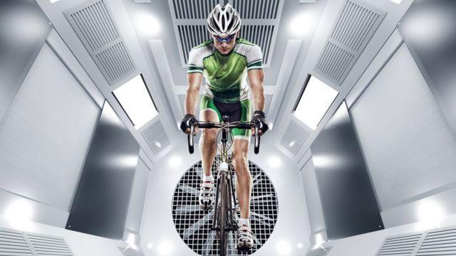 Велосипедист в аэродинамической трубе