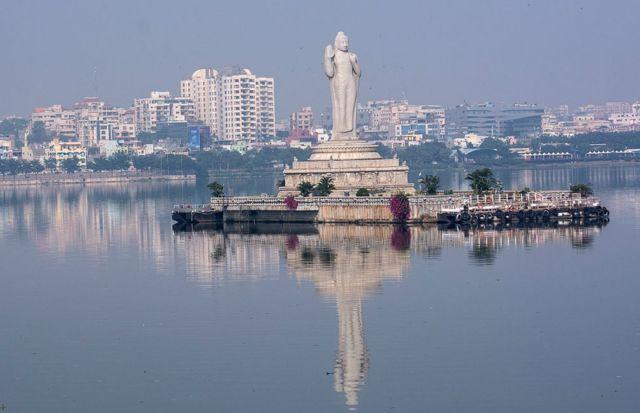 Una estatua de un Budah de 18 metros en el centro del lago artificial Hussain Sagar en Hyderabad