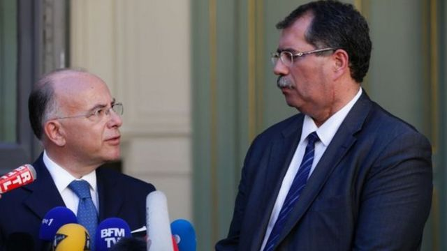 Ministro do Interior da França, Bernard Cazeneuve (à esq) em encontro com Anouar Kbibech, presidente do Conselho Francês da Fé Muçulmana