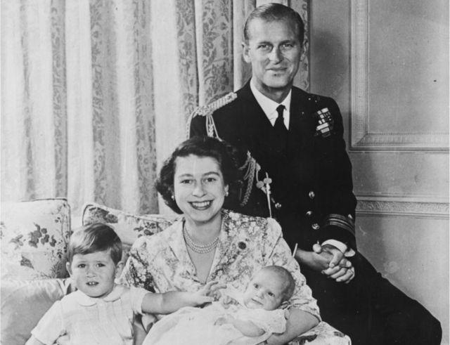 A então princesa Elizabeth e o principe Philip com os filhos Charles e Anne em 1950