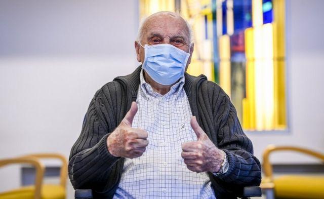 Jos Hermans, de 96 años fue el primer vacunado en Bélgica.