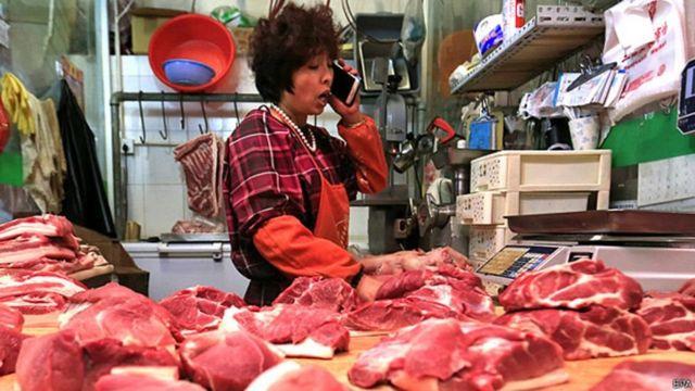 Venda de carne em um mercado em Pequim
