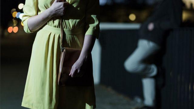 Mujer temerosa en la calle.