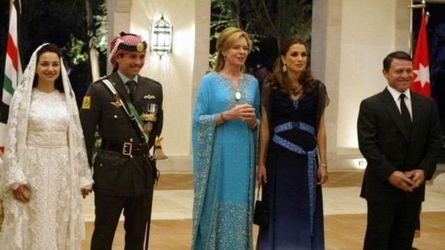 الملك عبد الله وزوجته الملكة رانيا (في أقصى اليمين) يحضران حفل زفاف الأمير حمزة والأميرة نور (يسار) . وفي الوسط الملكة نور، والدة الأمير حمزة.