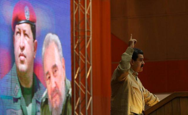 Maduro frente a un cuadro de Chávez y Fidel Castro