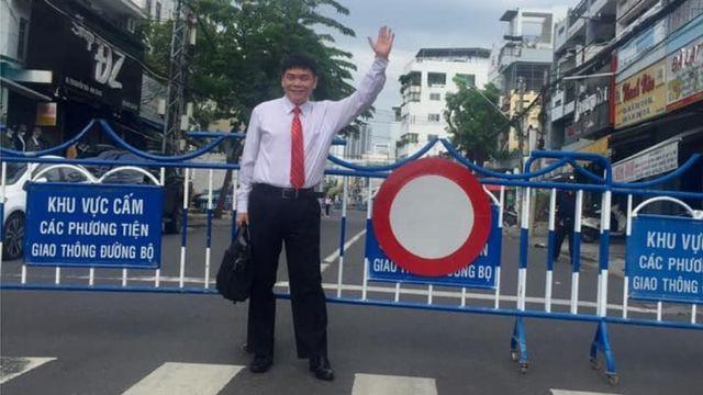 Luật sư Trần Vũ Hải đến dự phiên tòa hôm 13/11