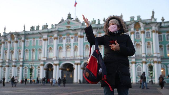 Китайская туристка перед зданием Эрмитажа, Санкт-Петербург, Россия, 24 января 2020 года