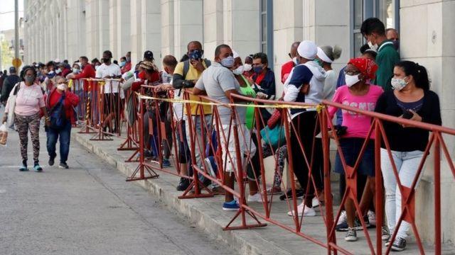 Pessoas usando máscaras fazem fila para comprar comida em um mercado em Havana, Cuba, 2 de fevereiro de 2021.