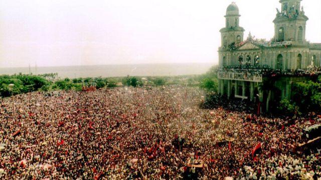 Celebración del aniversario de la revolución frente a la catedral