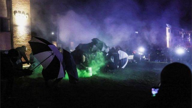 قنابل الغاز المسيل للدموع استخدمت لليلة الثالثة.