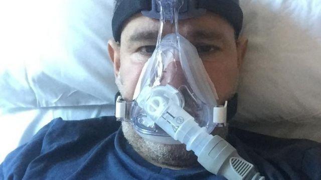 Abderrahmane Fadil recebendo oxigênio