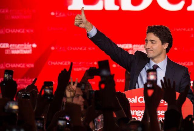 Лидер Либеральной партии Канады Джастин Трюдо приветствует своих сторонников со сцены в Монреале 20 октября 2015 года после победы на всеобщих выборах