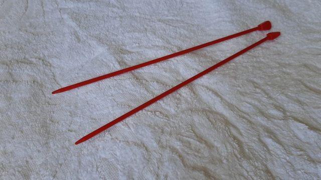 agulhas de tricô vermelhas compradas por Luzia para fazer um aborto