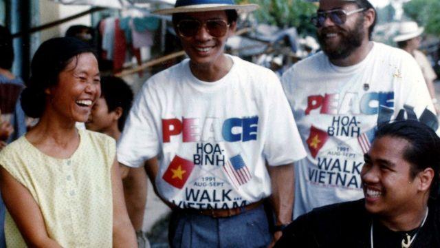 Tuy (à direita) na marcha pela paz no Vietnã