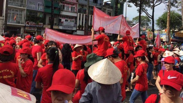 Các tiểu thương đồng loạt mặc đồng phục đỏ, tuần hành đến UBND TP