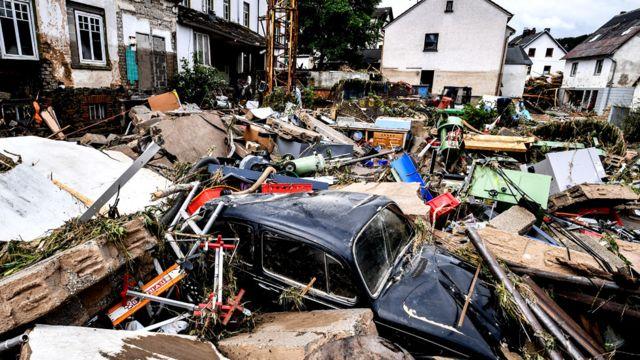 Escombros de casas y automóviles después de las inundaciones en Schuld, Alemania, el 15 de julio de 2021