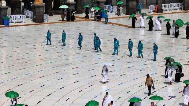 Уборщики около Каабы перед началом хаджа