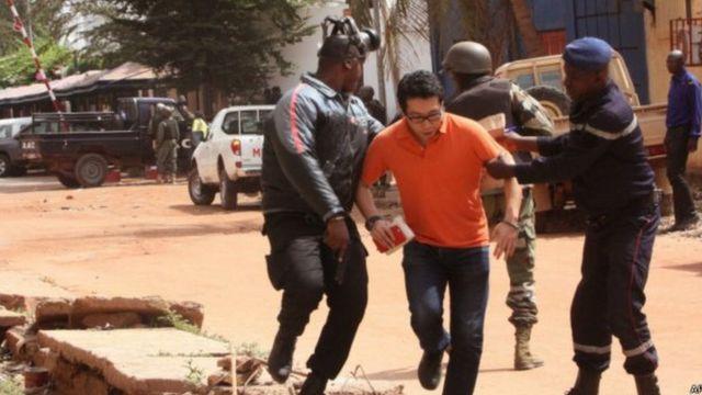 Des agents des forces de sécurité au secours de l'une des victimes de la prise d'otage à l'hôtel Radisson Blu de Bamako