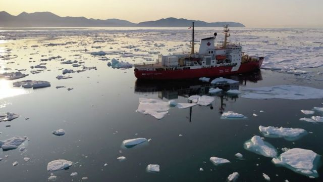Navio de pesquisa em águas geladas do Atlântico Norte