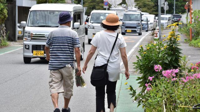 Pareja japonesa caminando por la calle.