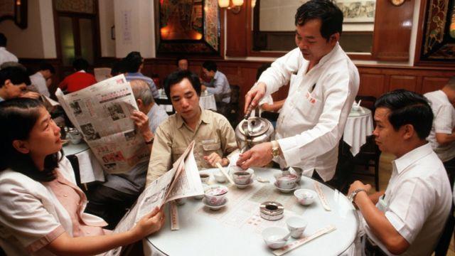 香港中环陆羽茶室内茶客边喝茶边读报(1986)