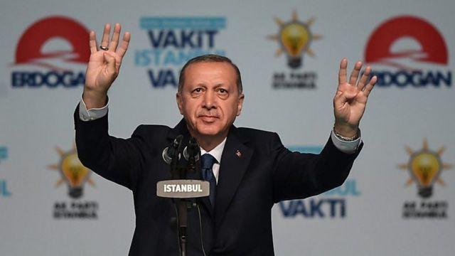 """استفاده اردوغان از نماد میدان """"رابعه"""" مصر (نشان دادن چهار انگشت دست) نمایانگر سیاست خارجی او بوده است"""