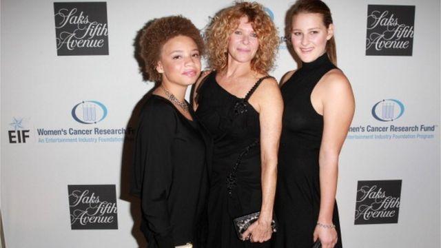 Мікаела Спілберг (ліворуч) разом із прийомною матір'ю Кейт Кепшо та сестрою Дестрі