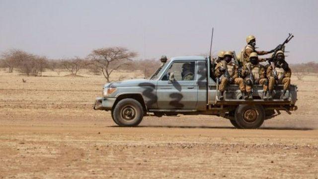 سيارة عسكرية وجنود