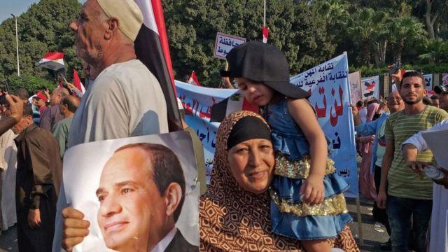 بعض مؤيدي الرئيس المصري عبد الفتاح السيسي اليوم بمدينة نصر