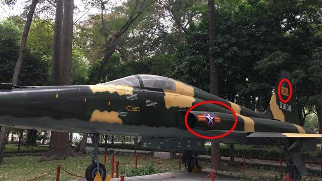 Máy bay chiến đấu của VNCH trưng bày trong Dinh Thống Nhất với các biểu tượng bị gạch chéo