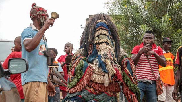 Mwanaume alieyevalia vazi la kitamaduni akiwa ameshikilia kengele kwenye mitaa ya Arondizuoguwakati wa tamasha la Ikeji nchini Nigeria