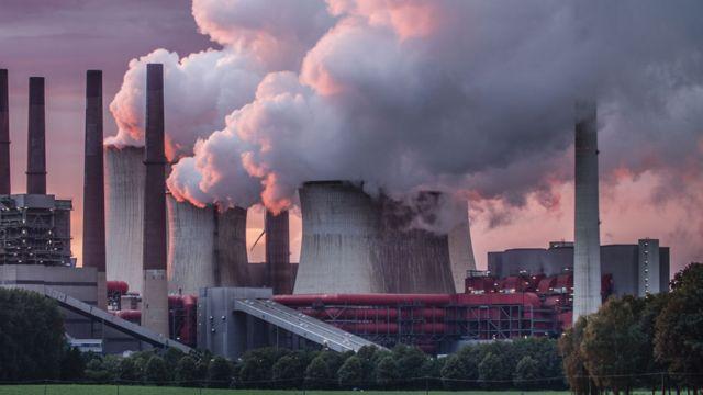 Fábricas emitiendo CO2