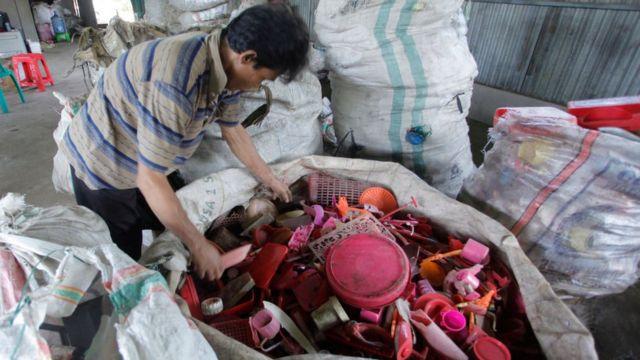Proses aur ulang plastik di Indonesia.
