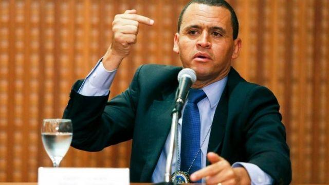 Giniton Lages, chefe da Delegacia de Homicídios do Rio, em coletiva de imprensa