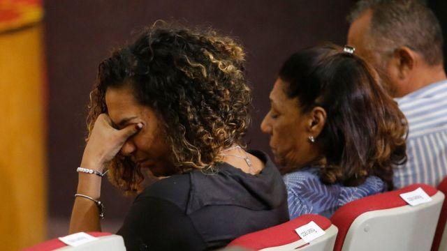 Irmã - que aparece emocionada, com as mãos no rosto - e mãe de Marielle Franco aparecem em destaque durante coletiva de imprensa do MP-RJ