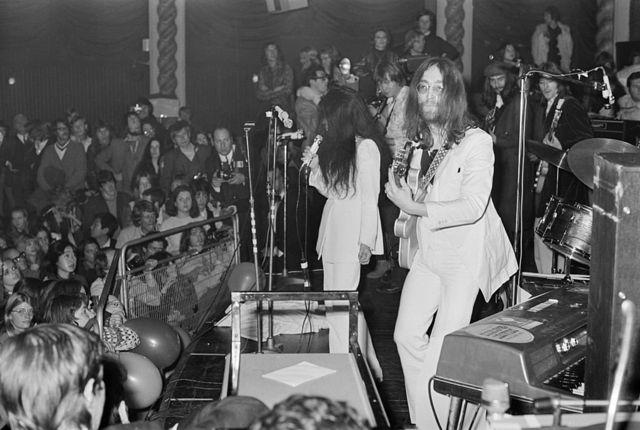 Джон Леннон и Йоко Оно на концерте Plastic Ono Band. На заднем плане Джордж Харрисон и Эрик Клэптон. Лондонский театр Lyceum. 15 декабря 1969 года.