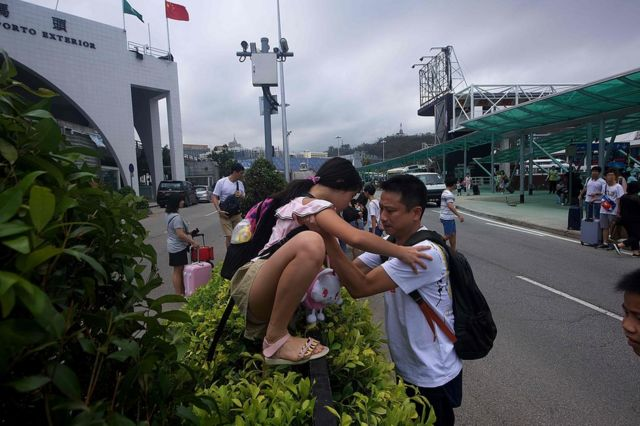 澳門外港碼頭旅客攀爬道路圍欄過馬路(24/8/2017)