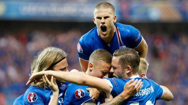 Футболисты сборной Исландии отмечают забитый гол